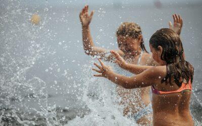 Badande barn som skvätter vatten