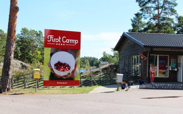 Välkomstskylten på First Camp Gunnarsö