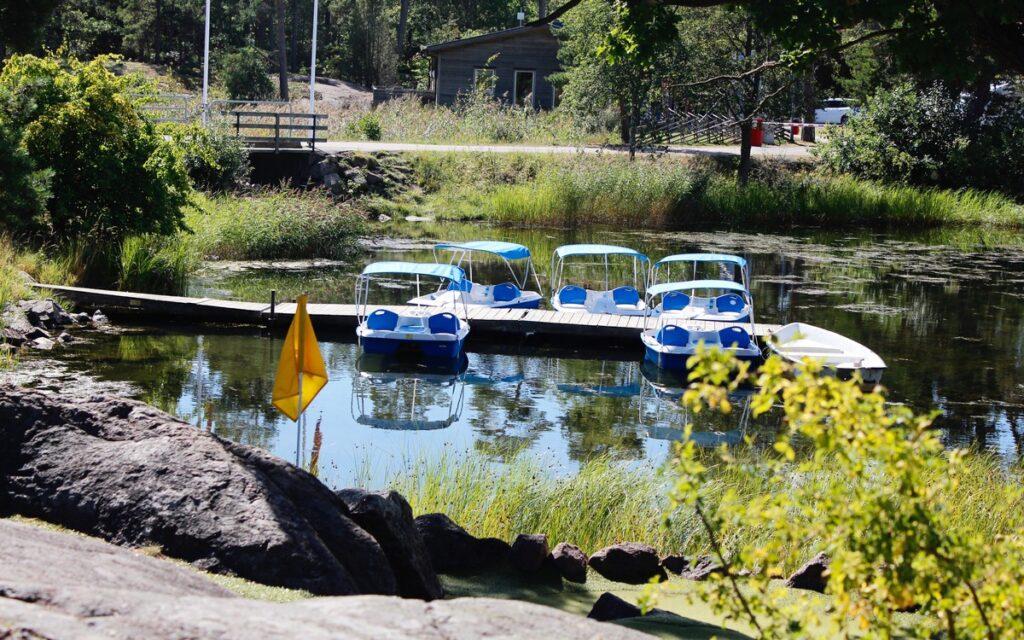 Trampbåtar i vacker miljö på Gunnarsö.