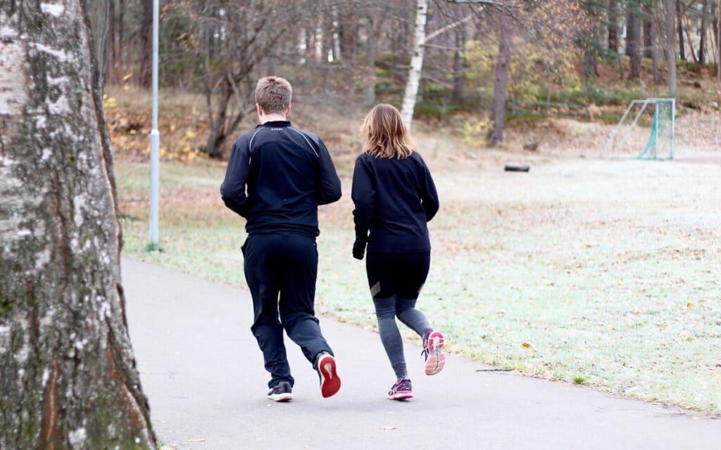 Två personer på promenad