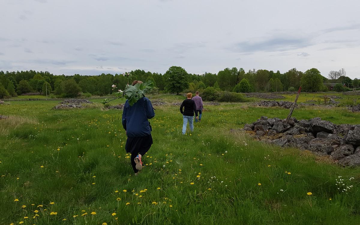 Sällskap som vandrar på vandringsleden.