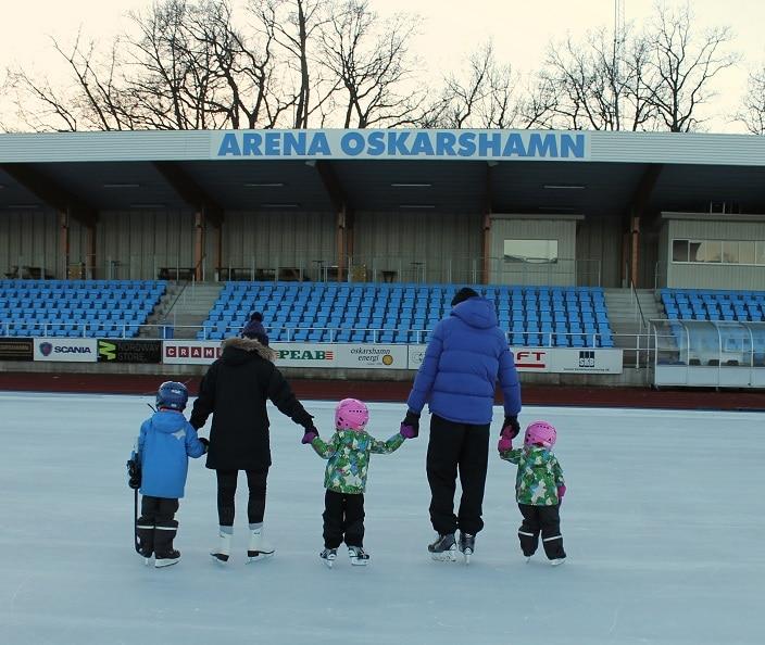 Familj som åker skridskor på Arena Oskarshamn.