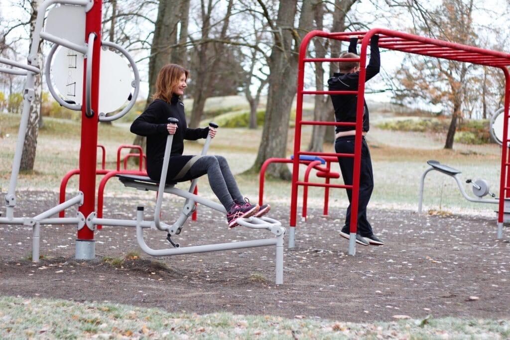 Personer som tränar på utegymmet i Stadsparken